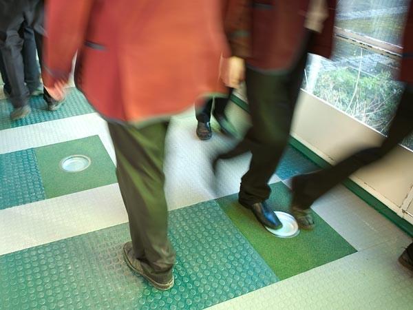 Baldosas de suelo inteligentes con sensores de pisada