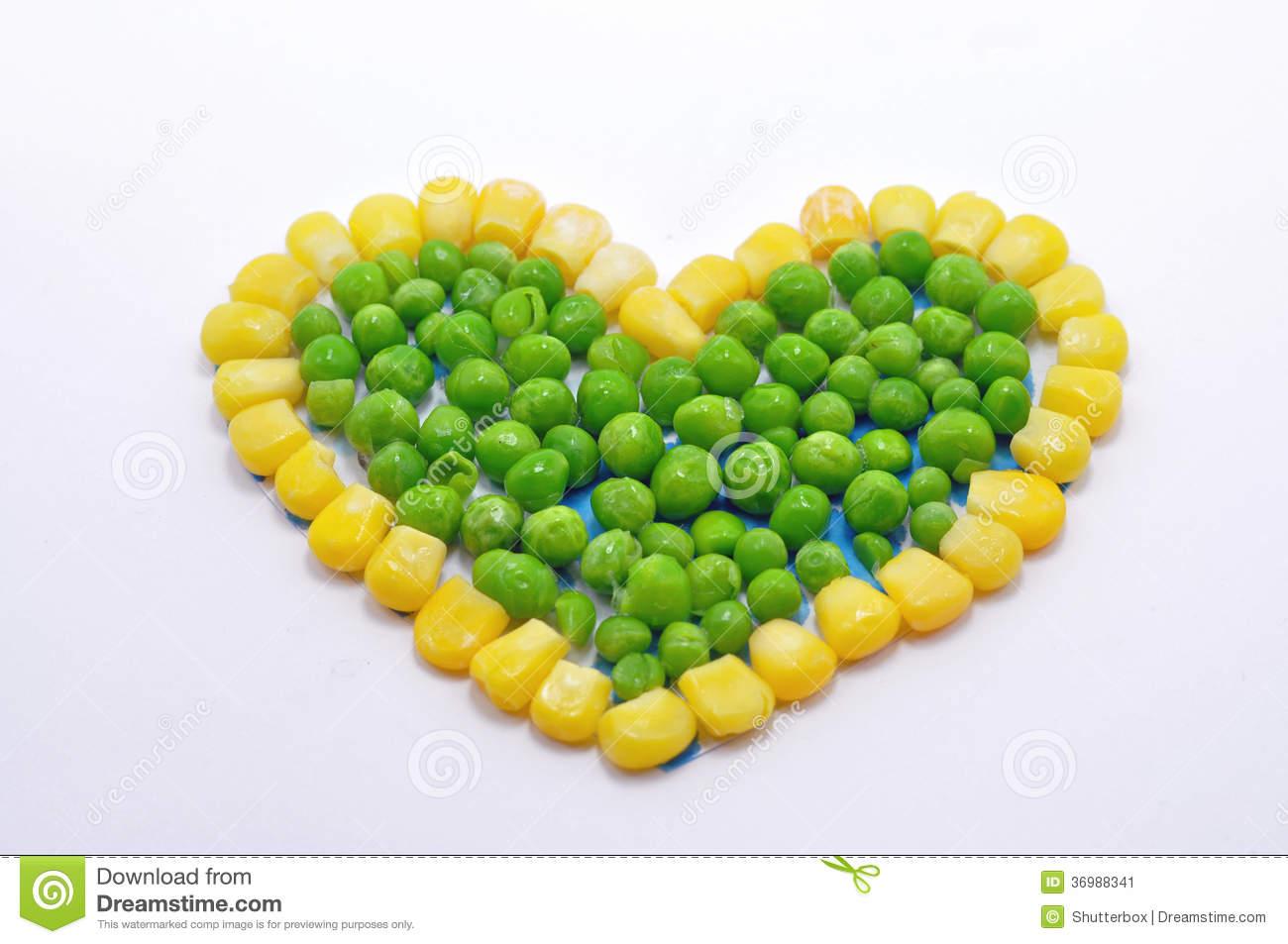 corazón-hecho-de-los-guisantes-y-del-maíz-dulce-36988341