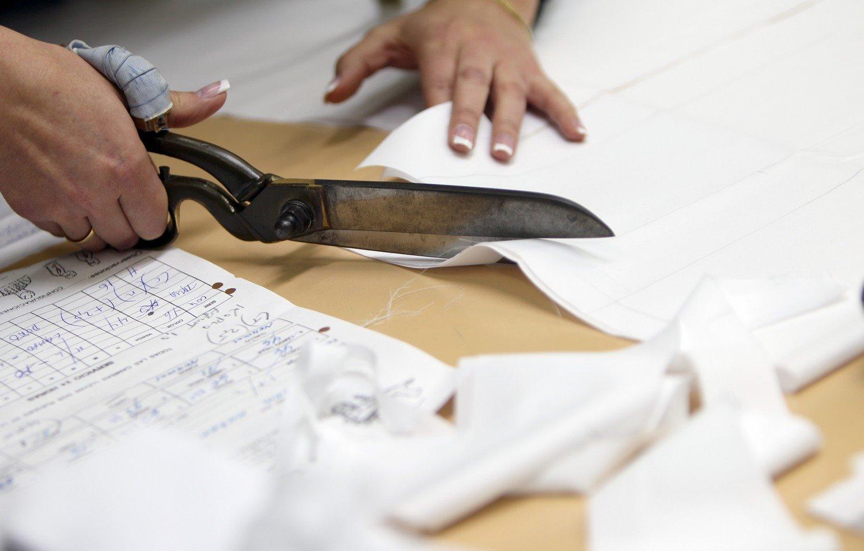 BCNENE012.- Atelier de Vicent Fossas Piqué, maestro camisero artesano. Detalle del corte de las piezas de la camisa de forma artesanal.